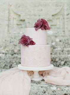 Autumn Wedding Cakes, Textured Wedding Cakes, Burgundy Wedding Cake, Floral Wedding Cakes, Wedding Cake Rustic, Wedding Cake Designs, Wedding Ideas, Cake Wedding, Wedding Trends