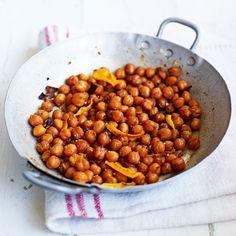 Kikkererwten kun je op 1001 manieren serveren. Met dit smaakvolle basisrecept kun je dan ook alle kanten op! Maak er falafel mee, of romige hummus. Aan jou de keuze! 1. Verwarm de oven voor op 200 ºC. 2. Laat 2 blikjes kikkererwten...