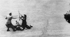 Un soldado alemán, herido por una bala francesa, es desarmado por dos miembros de las Fuerzas Francesas del Interior, uno de una mujer, en la lucha callejera que precedió a la entrada de las tropas aliadas en París en 1944.