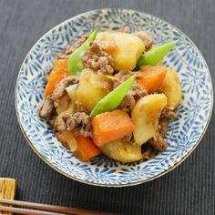 ことこと煮詰めて絶品に!基本の「肉じゃが」 Japanese Food, Japanese Recipes, Rice Bowls, Fruit Salad, Cantaloupe, Pork, Diet, Ethnic Recipes, Foods