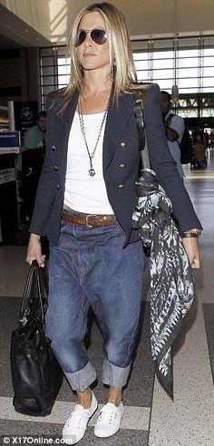 Bezstarostný vzhled: Jennifer Aniston oblékl pár pytlovité džíny, když létali z LAX s Justin Theroux