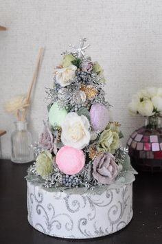 スイーツデコのマカロンを使ったsweetなツリーです。雪化粧のアーティフィシャルフラワーローズを使ったSweetしたツリーで、クリスマスが終わってしまっても飾... ハンドメイド、手作り、手仕事品の通販・販売・購入ならCreema。