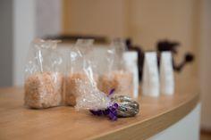 Beim ersten Besuch bekommen Sie Zirben Badesalz, Arnika Lotion oder einen chinesischen Blumentee als Geschenk.