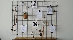 Zelf gemaakt gaasrek: zwart gespoten en met zwarte clips/s-hangers leuke kaartjes en andere accessoires in gehangen.