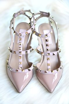 Valentino offers a wide range of luxury shoes, sneakers, heels, clothing, and handbags and is one of the best known fashion brands worldwide. Shop the Valentino collection! Stilettos, High Heels, Nude Pumps, Crazy Shoes, Me Too Shoes, Valentino Studded Heels, Valentino Flats, Shoe Boots, Shoes Heels