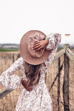 Love exploring Napa Valley - so many different wineries and location to explore. Wearing a floral long sleeve summer dress and a hat Girl Photography Poses, Creative Photography, Hotel A New York, Viva Luxury, Photoshoot Inspiration, Girl Photos, Summer Outfits, Boho, Napa Valley