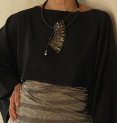 AMALTHEE CREATIONS / Collier contemporain en corne polie, tige inox et tour de cou en caoutchouc, perles du Mali.