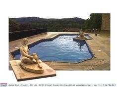 Piscina de FERRÓN®PISCINAS. Piscina griega con escultura. Cantos cortados. Gres marrón. Piscina terraza. Vistas al bosque. Escultura mujer desnuda