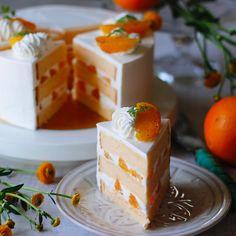 2017年4月26日 . オレンジショートケーキ . 今度はオレンジでオレンジはコアントローで軽くマリネして出てきたジュースを使いシロップにしています。蜂蜜入りの甘めのジェノワに合うかな、とレッスンおやつになりました。 . トップの飾り用は、カットして水気をふいてバーナーで軽く焦げ目をつけてからナパージュで艶出ししてます。 . ここにもセルフィーユ(笑) . #オレンジショートケーキ #ショートケーキ #ホールケーキ #お菓子レッスン #ケーキ作り #お菓子教室 #つくば #ミルガトー