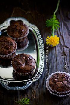 Ikutan latah nih. Tapi latah yang ini justru oke dan positif karena hasilnya enak. Teman temanku Mbak Nina dan Mbak Sashy udah pada bi... Brownie Cupcakes, Cake Cookies, Cake Recipes, Dessert Recipes, Desserts, Bolu Cake, Resep Cake, Fudgy Brownies, Bakery Cakes