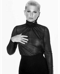 """Xuxa sensualiza com seio à mostra e é criticada por internauta: """"Pai acabou de morrer"""" - Entretenimento - BOL Notícias"""