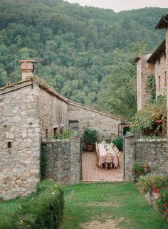 Tuscan villa in the Italian countryside.would love to know what town it is in.the view is perfect. Cottage Farmhouse, Farmhouse Design, Farmhouse Chic, Farmhouse Table, Modern Country, Modern Rustic, Italian Country Decor, French Country, Italian Cottage