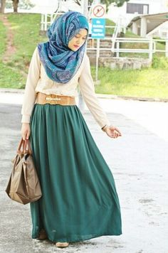 Coral hijab, paired with a white blouse, golden belt, and a teal green flowy skirt. Muslim Women Fashion, Islamic Fashion, Modest Fashion, Girl Fashion, Hipster Fashion, Fashion Mask, Hijab Fashion, Lace Blouse Styles, Hijab Mode