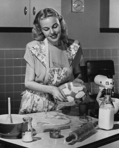 Young woman preparing cookies in the kitchen Canvas Art - x 1950s Housewife, Vintage Housewife, Photo Vintage, Vintage Love, Vintage Apron, Kitchen Canvas Art, Deco Retro, Domestic Goddess, Vintage Pictures