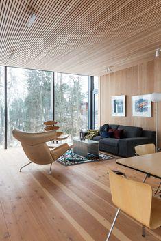Vegger, gulv og tak i nåletre. Et rom i klassisk minimalistisk stil.