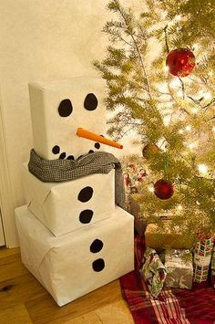 Christmas Gift Wrapping Ideas: White wrapping paper and black circles turn 3 plain boxes into an adorable snowman. You can make the circles out of black craft paper. Roll orange craft paper into a pointed tube to make the nose. Holiday Crafts, Holiday Fun, Snow Men Crafts, Holiday Ideas, Holiday Decor, Theme Noel, Noel Christmas, Christmas Ideas, Christmas Traditions