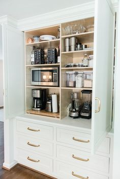 Astonishing Hidden Kitchen Storage Ideas You Must Have Do you have a small kitchen? Perhaps odd-sized cabinets or a less-than-ideal layout? It can be tough to find efficiency … Kitchen On A Budget, Kitchen Redo, New Kitchen, Kitchen Cabinets, Kitchen Appliances, Kitchen Ideas, Smart Kitchen, Kitchen Small, Soapstone Kitchen