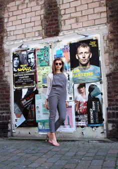 // Lässiger Einteiler: styleranking-Redakteurin Lara beweist, dass man mit den richtigen Schuhen ein fabelhaftes Outfit zaubern kann. Der casual Jumpsuit wird prompt durch die auffälligen Heels aus Plexi aufgewertet. Auf http://liketk.it/2oq2f könnt ihr den Look nachshoppen. // Fashion Editor Lara shows how a perfect pair of shoes can transform a casual outfit into something faboulous. Shop our look at http://liketk.it/2oq2f