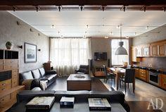 Кухня-гостиная обставлена мебелью из массива вишни — это слегка переработанные Фрадкиной модели из каталога фабрики Grande Arredo. Кожаная мебель, Ulivi. В зоне кухни пол сделан из бетона. Стены покрыты микроцементом. Декоративная покраска, студия Марата Ка.