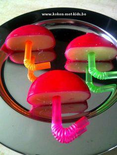 Deze kleurige paraplu's zijn ideaal als extraatje in de brooddoos of als hapje op een feestje.  Ingrediënten: Babybel gekleurde rietjes  Bereidingswijze: Snij de Babybels overlangs door. Knip de rietjes zodat ze net kleine steeltjes van een paraplu zijn.  Prik de steeltjes in de Babybel en klaar.   Babybel Paraplu