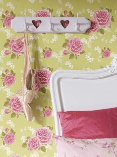Ihastuttava La Vie en Rose -tapettikokoelma tulvii isoäidin ruusuja, pikkukukkia ja ruutuja.