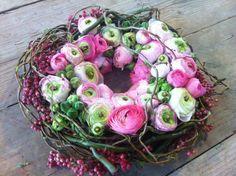 Fleurige krans alvast de lente in huis