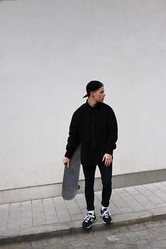 Kevin Elezaj - New Balance Sneaker, H&M Jeans, Urban Outfitters Shirt, Obey…