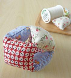 今回ご紹介する穴あきボールは型紙が不要で、並縫いができれば作れますし、穴が開いているので、握る力の弱い赤ちゃんでも握ることができます。用途や子どもの成長に合わせてサイズを変え、小さいものから大きなものまで、幅広く作ってみるのもいいですね。