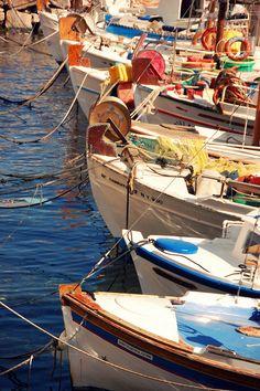 botes en Hydra, Greece by Zylenia Mykonos, Santorini, Greece Islands, Costa, Parthenon, In Ancient Times, Greece Travel, Beautiful Islands, Fishing Boats