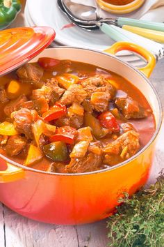 Hungarian paprika goulash - A classic is really delicious With fresh peppers and paprika we make it eq - Goulash Recipes, Beef Recipes, Dinner Recipes Easy Quick, Healthy Dinner Recipes, Salmon Recipes, Lunch Recipes, Fresco, Healthy Breakfast Wraps, Italian Recipes
