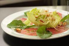 Snack Point (jantar)    Carpaccio Salad  Carpaccio regado ao molho mostarda com alcaparras, alface americana, rúcula, croutôns e lascas de parmesão