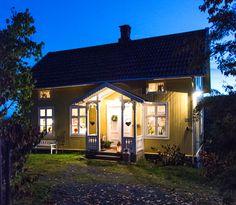Jul i koselig sveitserhus | Magasinet Norske Hjem Home Fashion, Seaside, Gazebo, Outdoor Structures, Cabin, House Styles, Outdoor Decor, Home Decor, Floor Plans