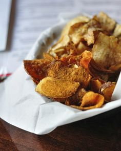 5 vegetables that make great crunchy homemade crisps Sweet Potato Nachos, Sweet Potato Chips, Healthy Cooking, Healthy Snacks, Healthy Recipes, Homemade Crisps, Great Recipes, Snack Recipes, Good Food