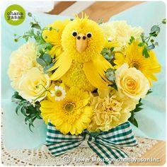 キュート!ポンポンマム(菊の花)で出来たインコのフラワーアレンジメント。Cute! An animal doll made with chrysanthemums.