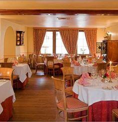 Restauracja Dom Polonii to późnogotyckie piwnice gdzie działa galeria, na parterze zaś skosztować można dań typowej kuchni polskiej.
