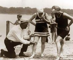 Medindo os maiôs. Se fossem muito curtos as mulheres eram multadas, 1920.