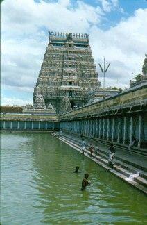 India, 1988. Templo de Tamil Nadu con su estanque.