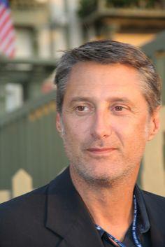 Antoine de Caunes, né le 1er décembre 1953 à Paris, mène d'abord une carrière d'homme de télévision polyvalent (présentateur, producteur, humoriste) à Antenne 2 puis Canal+. Il devient ensuite acteur, puis scénariste et réalisateur de cinéma. En 2013, il présente — pour la 9e fois (un record) — la cérémonie des César du cinéma (38e du nom), présidée par Jamel Debbouze. Il est actuellement le présentateur de l'émission Le Grand Journal, succédant à Michel Denisot