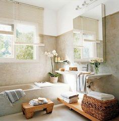 salle de bain beige avec fleurs zen, baignoire beige dans la salle de bain