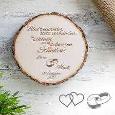 Die gravierte Baumscheibe zur Hochzeit - Bleibt verbunden ist ein wunderschönes und persönliches Geschenk mit tollem Spruch für Liebespaare.