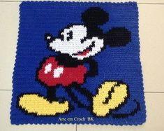 Tapete feito em Croche,medindo aproximadamente 68cm de comprimento por 68cm de altura.