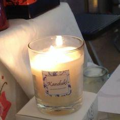 Cae la tarde y encendemos las velas #kanduki en el #zoco del Mercado de Colon huele a flor de azahar en todo el mercado.