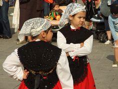 Vestido tradicional    Unas niñas con el vestido tradicional asturiano. (Pola de Laviana, Asturias). / Children with the traditional dresses. Asturias, Spain.