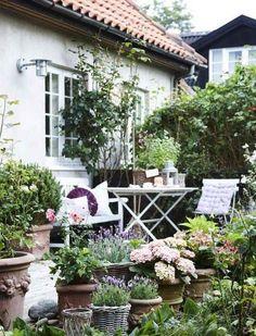 Terrasse inspiration – 20 skønne eksempler her - Garten Dekoration Small Cottage Garden Ideas, Cottage Garden Design, Small Garden Design, Farm Gardens, Small Gardens, Outdoor Gardens, Dream Garden, Garden Projects, Garden Pots
