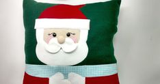 Como Fazer Almofada de Papai Noel em Feltro – Porta-Controle Remoto Christmas Stockings, Projects To Try, Holiday Decor, 36, Home Decor, Party Crafts, Diy And Crafts, Felt Tree, Felt Dolls