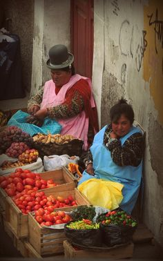Market traders in La Paz www.finisterra.ca #travel #bolivia