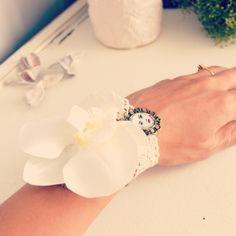 Bracelet mariage orchidée blanche, dentelle ancienne et petit médaillon. : Bracelet par mes-tites-lilis