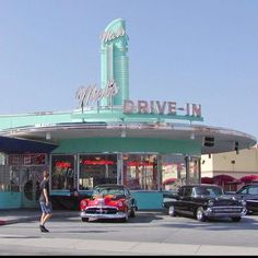 Googie architecture is recreated at Mel's Drive In, Universal Studios, Florida. Drive In, Vintage Diner, Vintage Restaurant, 50s Diner, Vintage Signs, Vintage Cars, Vintage Photos, Las Vegas, Futuristisches Design