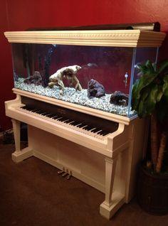 Rénovation du vieux piano avec un aquarium à encastrer. http://blog.icdecoration.com/