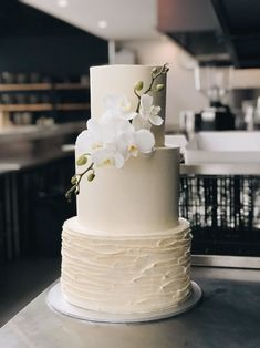Get on board with these wedding cake trends for 2020 if you're getting married next year! The wedding cake. Big Wedding Cakes, Elegant Wedding Cakes, Wedding Cake Designs, 3 Teir Wedding Cake, Simple Elegant Cakes, Orchid Wedding Cake, Orchid Cake, Fondant Wedding Cakes, Purple Wedding